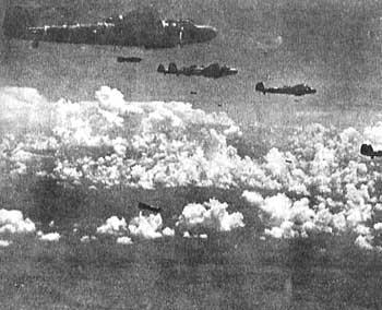 重慶上空より巨弾を浴びせる海軍爆撃機(共同通信社提供)